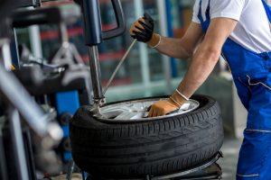 Mechaniker an Reifenumzugsmaschine
